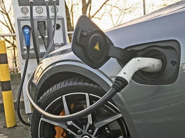 Elektroautos - Kunden beschwerten sich: Kartellamt prüft Preise an Ladesäulen