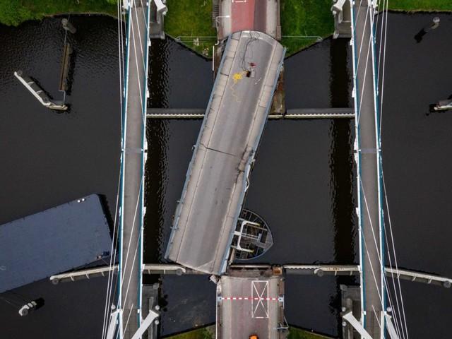 Groningen: Tanker unter deutscher Flagge rammt Gerrit-Krol-Brücke