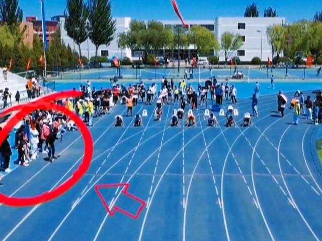 Trotz schwerer Ausrüstung: Voller Einsatz: Dieser Kameramann rennt sogar Profi-Sprintern davon