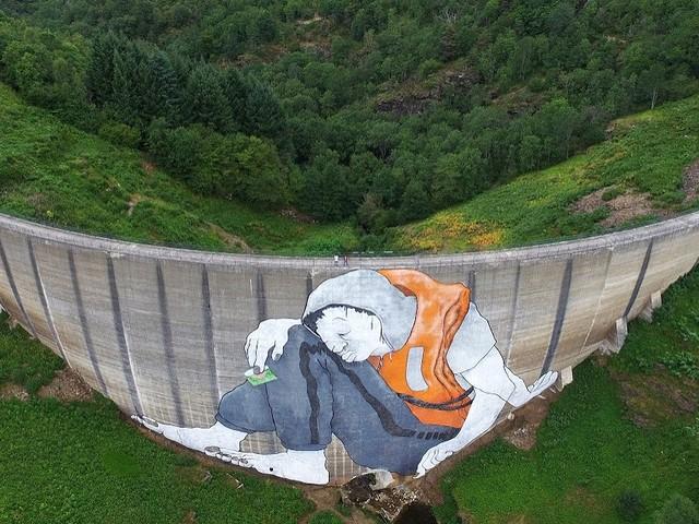 Das riesige Ella & Pitr Flüchtlings Mural | StreetArt des Tages