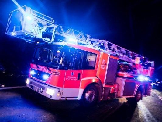 Autos und Altpapiercontainer in Flammen – Polizei ermittelt wegen Brandstiftung