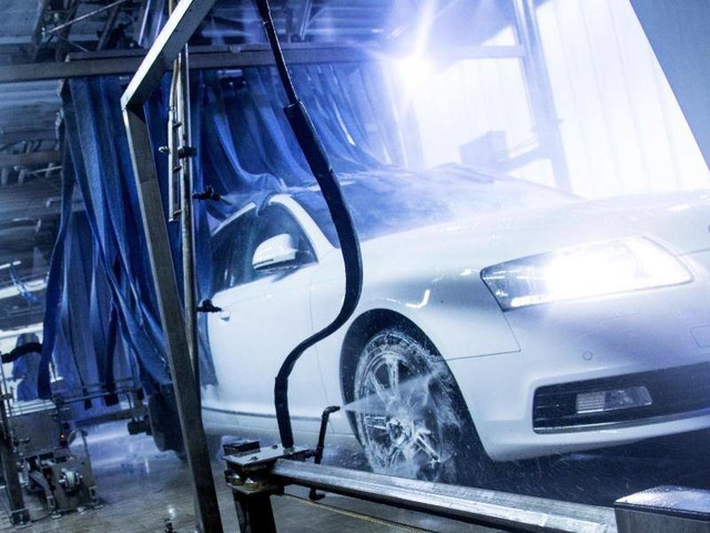 Blitzsauber poliert: Was mit dem Neuwagen in der Waschanlage zu beachten ist
