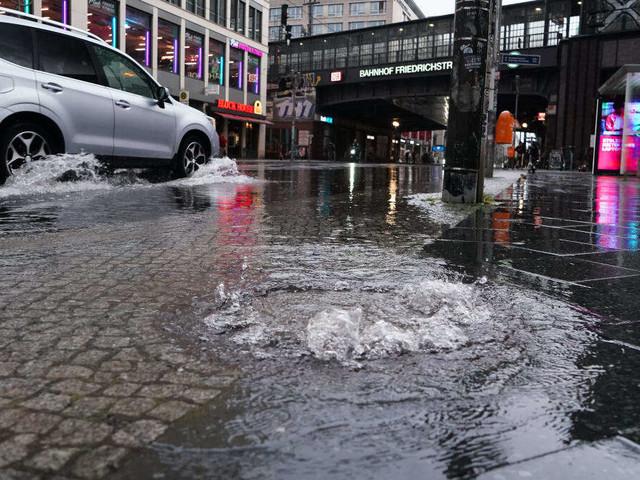 """""""Ausnahmezustand Wetter"""": Heftige Gewitter in Berlin - Tunnel läuft mit Wasser voll"""