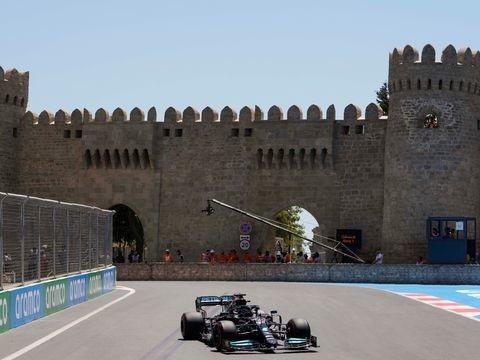 """Formel 1 in Aserbaidschan: Hamilton unter Druck - """"Großartiger Start"""" für Verstappen"""