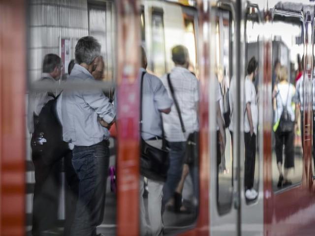Unfall in Düsseldorf: Vierjähriger gerät zwischen Zug und Bahnsteig - Großmutter zieht ihn raus