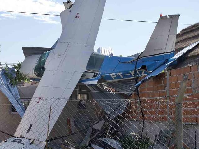 Treibstoff ging aus: Kleinflugzeug kracht in Wohnhaus – Passagiere haben großes Glück