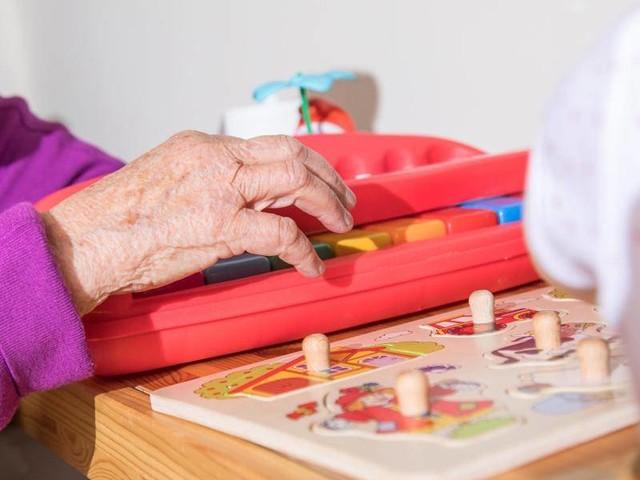 Bilderbuch und Basteltipps: Kindern Alzheimer verständlich machen