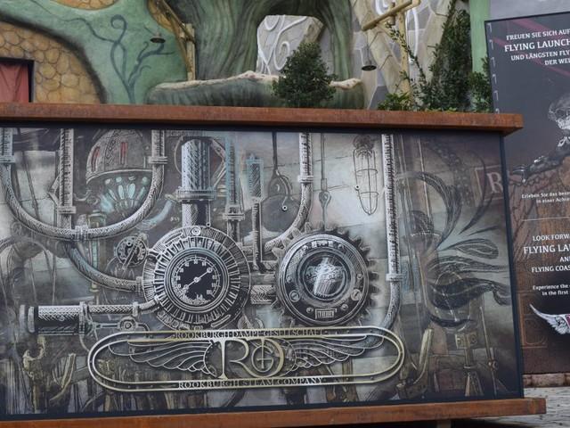 """Phantasialand baut Spannung auf """"Rookburgh"""" auf: Geheimnisvolle Box vor großer Fassade der neuen Themenwelt aufgetaucht"""