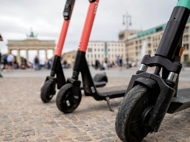 E-Tretroller: Berliner CDU will wild abgestellte E-Scooter verschrotten