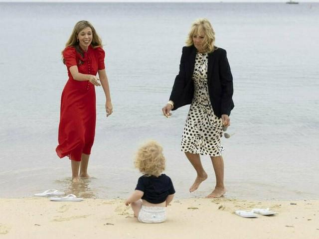 Carrie Johnson und Jill Biden: Die First Ladys beim Strandspaziergang