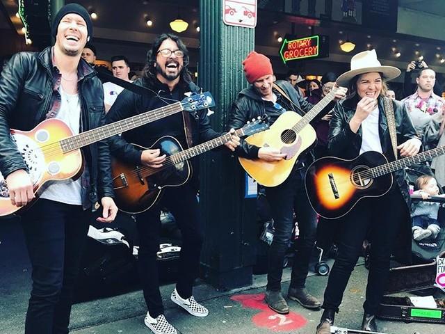 Dave Grohl und Brandi Carlile machen Straßenmusik in Seattle