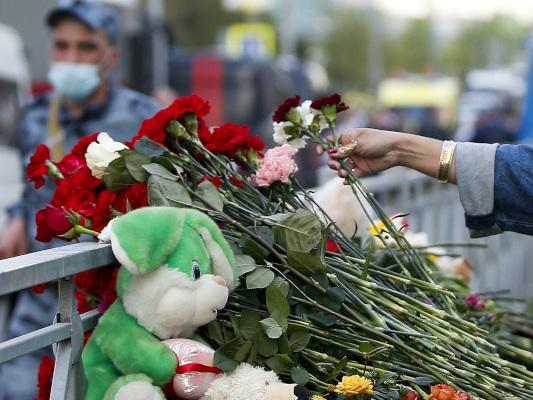 Bild des Tages: Trauernde legen Blumen nach Angriff auf Schule im russischen Kasan nieder.