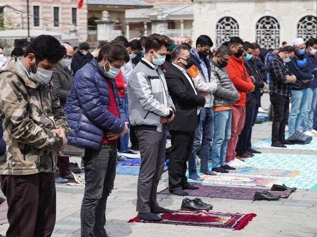 Namen von Ungeimpften in türkischem Dorf über Moschee ausgerufen
