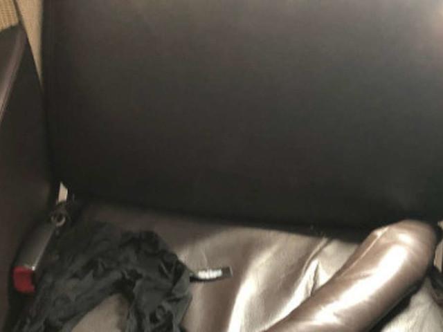 Fluggastfindet Ungewöhnliches auf ihrem Sitzplatz - Nachbar entsetzt