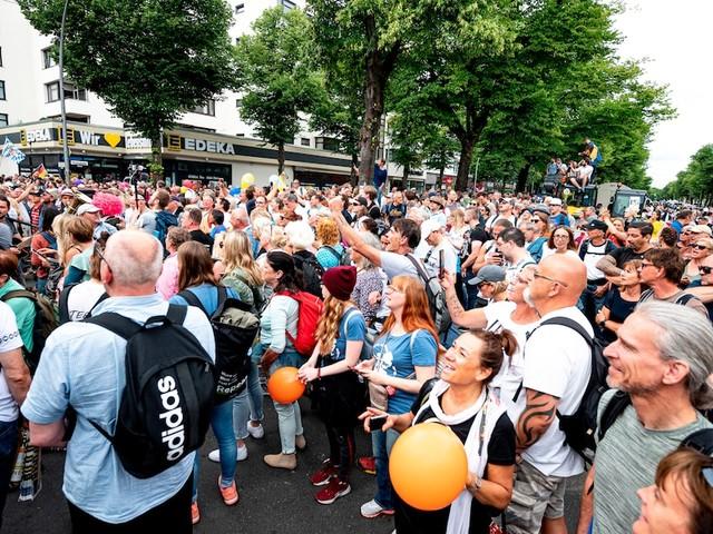 """Tausende auf Demo - Drama in Berlin: """"Querdenker"""" kollabiert auf Demo und stirbt im Krankenhaus"""