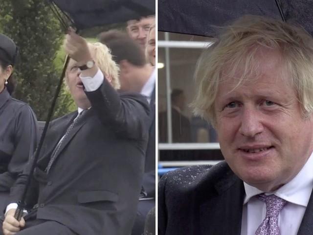 Unfreiwillige Slapstickeinlage: Boris Johnson kämpft mit Regenschirm – und Prinz Charles freut sich diebisch