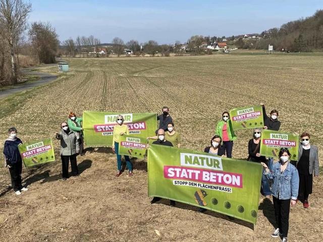 Grüne Protestaktion gegen Bodenversiegelung