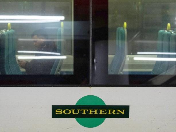 Angriff: Zu laut telefoniert: Mann beißt Zugpassagier das Ohr blutig