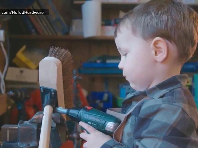 Zweijähriger hilft im Baumarkt – und wird dafür im Netz gefeiert