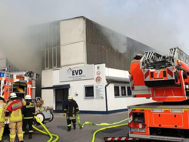 Düsseldorf: Feuer in Recyclingbetrieb in Reisholz