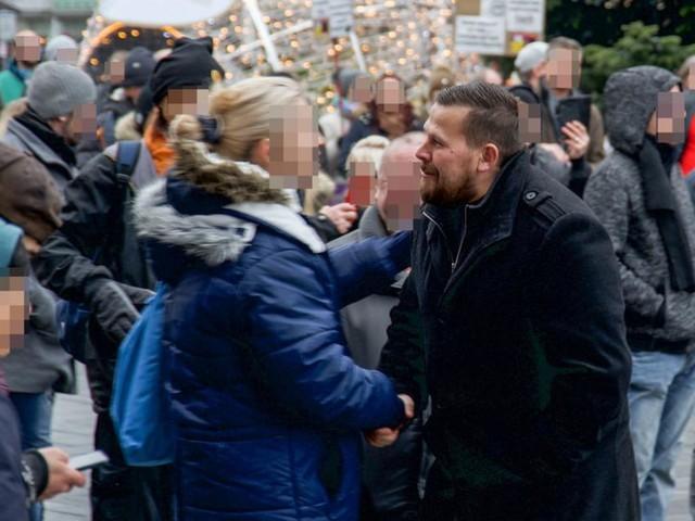 Bussi-Bussi bei Corona-Demo: FPÖ-Abgeordneter pfeift auf Abstand