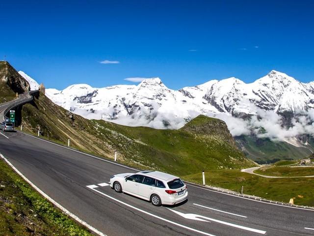Diese Straße windet sich spektakulär durch die Alpen