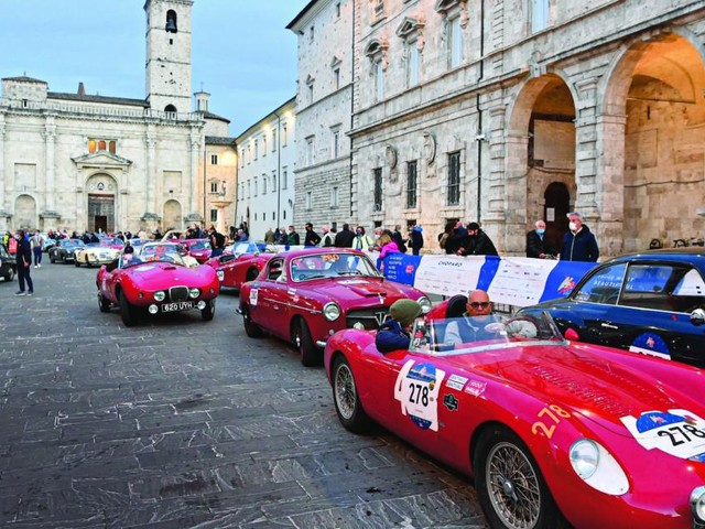 Oldtimerparade de luxe: Wo, bitte, geht's hier zur Mille Miglia?