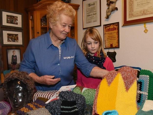 Adventsbasar fällt aus: Strickwaren werden im Torhaus für den guten Zweck verkauft