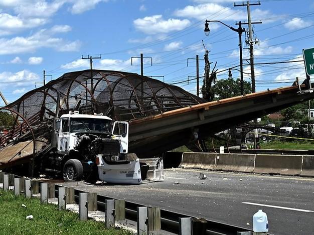 Mehrere Verletzte: Fußgängerbrücke bricht über Autobahn zusammen