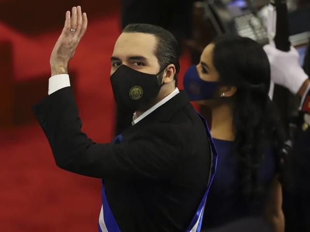 """Präsident Bukele nennt sich auf Twitter """"Diktator von El Salvador"""""""