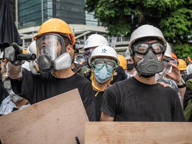 Polizei geht mit Schlagstöcken und Pfefferspray gegen Demonstranten vor