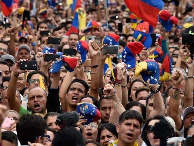 Venezuela-Krise: Zwei Präsidenten, mehrere Tote - Trump unterstützt Opposition