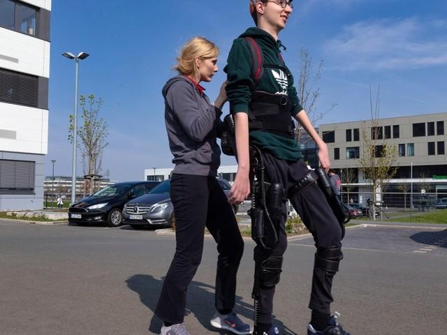 Gelähmter Student lernt laufen nach schwerem Unfall
