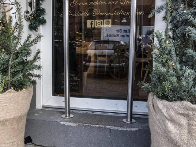 User reagieren empört : Berliner Café stellt Poller gegen Kinderwagen auf