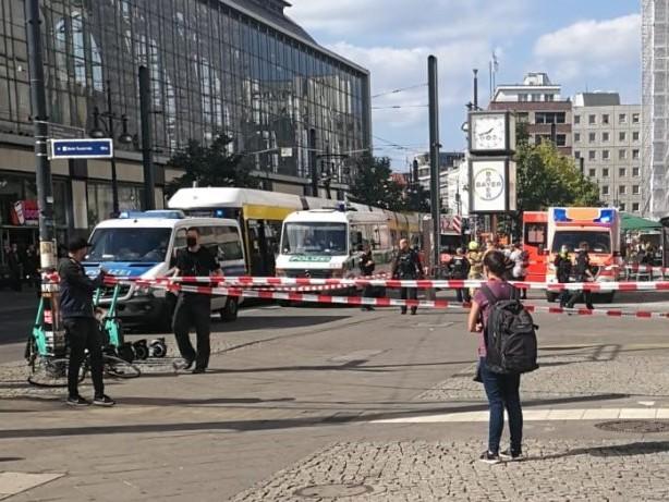 Alexanderplatz: Transperson zündet sich an und erliegt ihren Verletzungen
