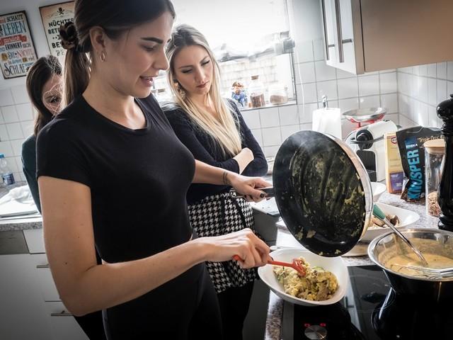 mahlzeit.city Promi-Koch des Monats: Ex-Miss Germany Anahita Rehbein macht Reis-Kokos-Crêpes