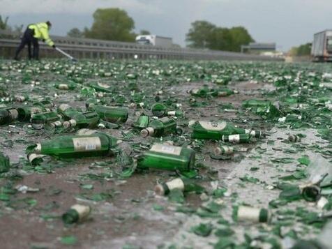Lastwagen verliert Bierkisten – Autofahrer helfen beim Aufräumen