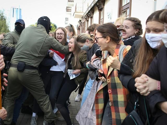 Belarus: Oppositionelle Kolesnikowa verlegt - Polizei geht brutal gegen Frauen vor