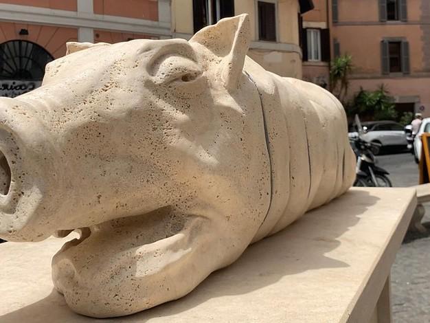Tierschützer protestieren: Statue eines Spanferkels sorgt für Ärger in Rom