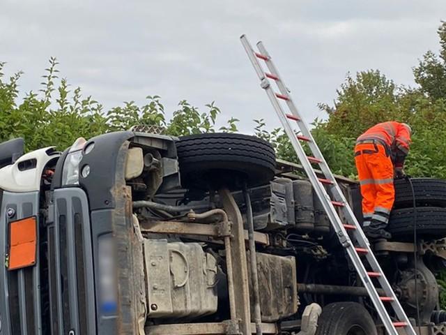 Mit vier Tonnen beladen - Sprengstofftransporter kippt auf Bundesstraße bei Zwickau um