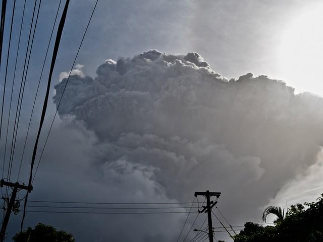 Karibik-Insel St. Vincent und die Grenadinen nach Vulkanausbruch von Asche bedeckt