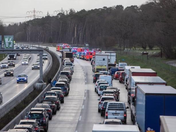 A7: Lkw im Elbtunnel liegen geblieben – zehn Kilometer Stau