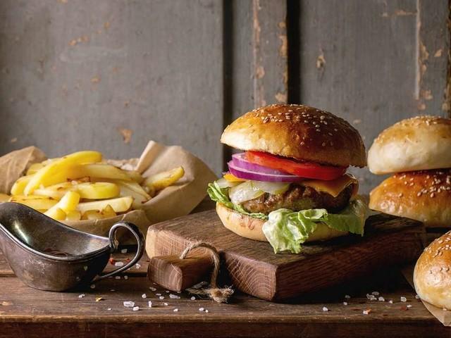 Knusprigen Bacon-Cheeseburger einfach selber machen – Rezept von Fernsehkoch Steffen Henssler