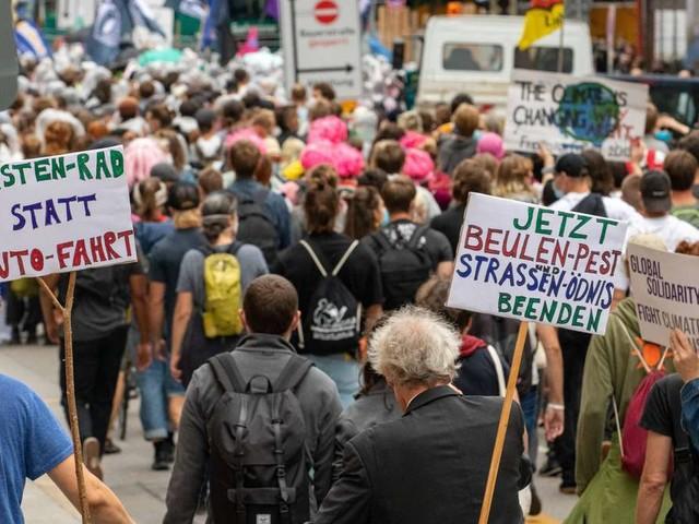 IAA-Proteste beendet: Videos zeigen Eskalation in München - Pfefferspray und Schlagstock im Einsatz