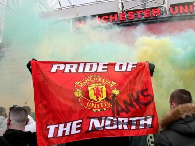 United-Fans stürmen Platz - Spiel gegen Liverpool verschoben