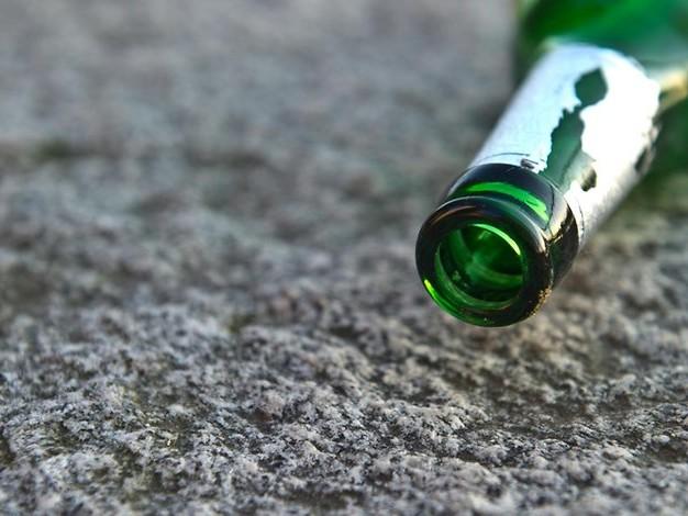 Tüte voller Medikamente: Bielefelder Arzt trifft Bier trinkenden Einbrecher in Praxis