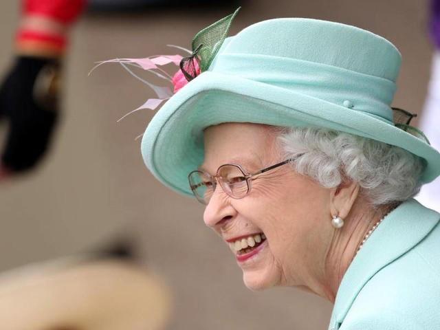 Adel: Queen zeigt sich lächelnd beim Pferderennen in Ascot