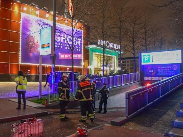 Hamburg : Auto in Flammen: Tiefgarage an der Reeperbahn gesperrt