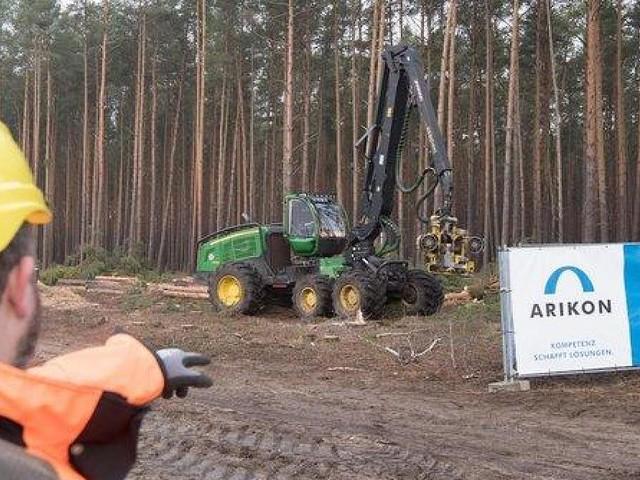 - Nach Rodungsstopp: Tesla-Gegner ketten sich an Bäume auf Giga-Factory-Gelände