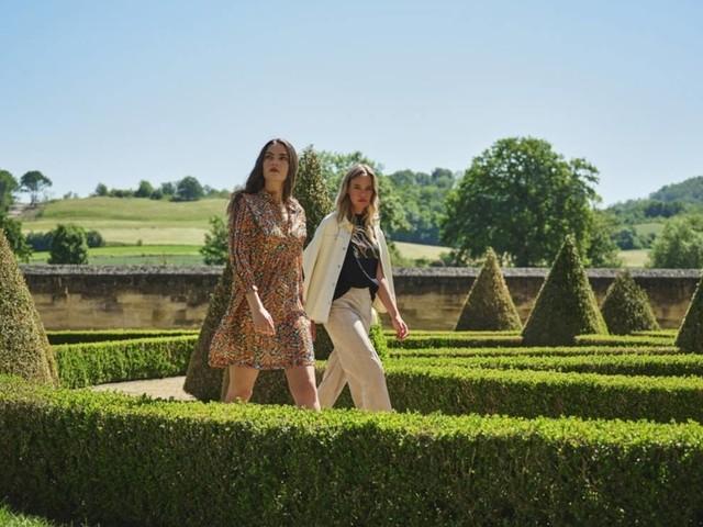 Rino & Pelle SS22: Die französische Muse spaziert in leuchtenden Blumenprints durch die Gärten von Versailles